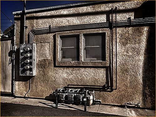 路地裏のガスメーター