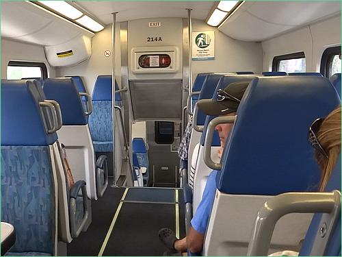 カリフォルニア日帰り列車の旅 メトロリンク列車内の乗客