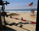 オーシャンサイドビーチへ向かうメトロリンク列車が踏み切り通過