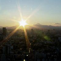 逆光の夕日と富士山