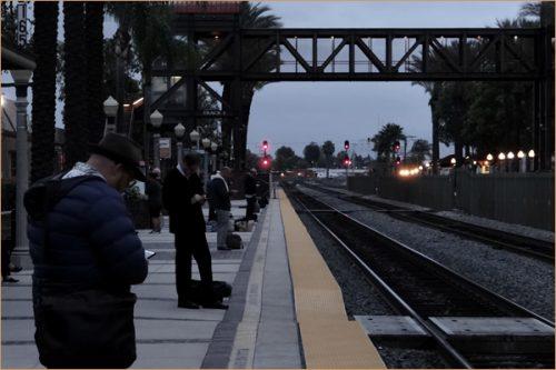朝のホーム・カリフォルニア州フラトン駅の風景