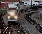 列車の前照灯が眩しいカリフォルニア・フラトン駅の風景